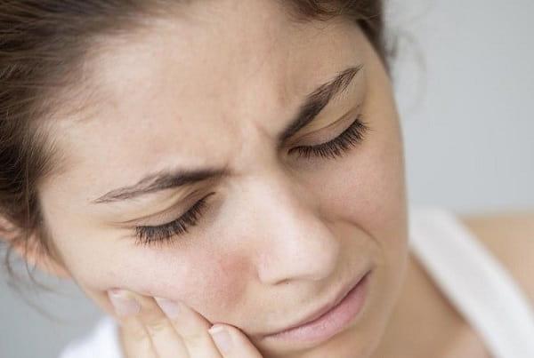 دندان قروچه و روی هم ساییدن دندانها از علت حساس شدن دندان به سرما یا گرما