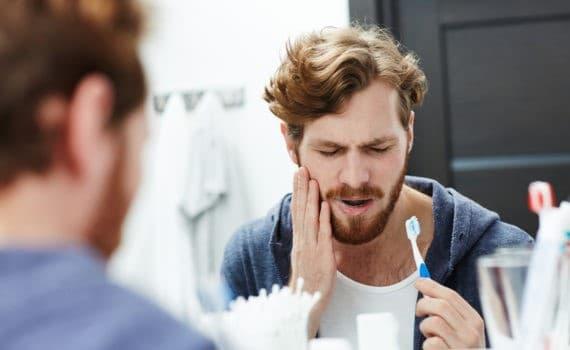 روش نامناسب مسواک زدن از علت حساس شدن دندان به سرما یا گرما
