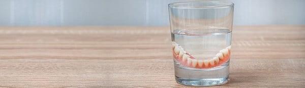چرا باید دندان مصنوعی را در آب نگه داریم